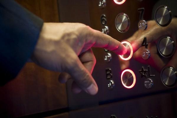 Bảng điều khiển bên trong cabin thang máy