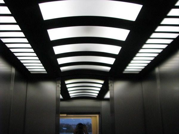 Trần thang máy thiết kế lấy ánh sáng gián tiếp